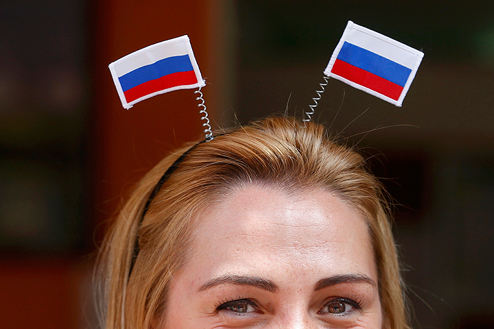 Болельщица россиян на трибуне во Франции.