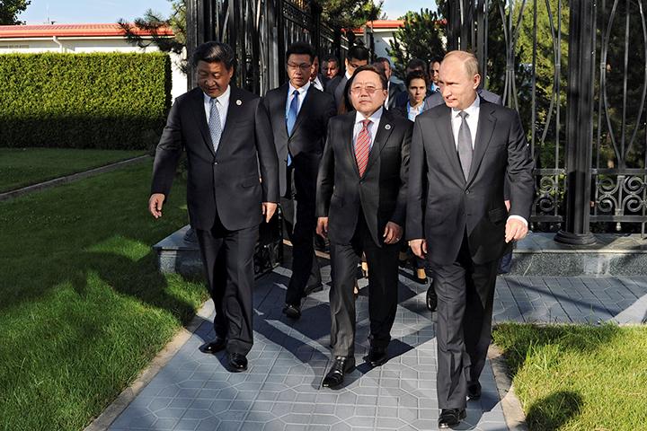 Прилетев в Ташкент, президент России тут же отправился на трехстороннюю встречу с главой Китая Си Цзинпинем и президентом Монголии Элбегдоржем