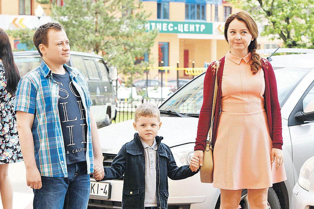 Андрей Гайдулян со своей сериальной семьей - женой Таней (Валентина Рубцова) и сынишкой, который заметно подрос к третьему сезону. Фото: Канал ТНТ