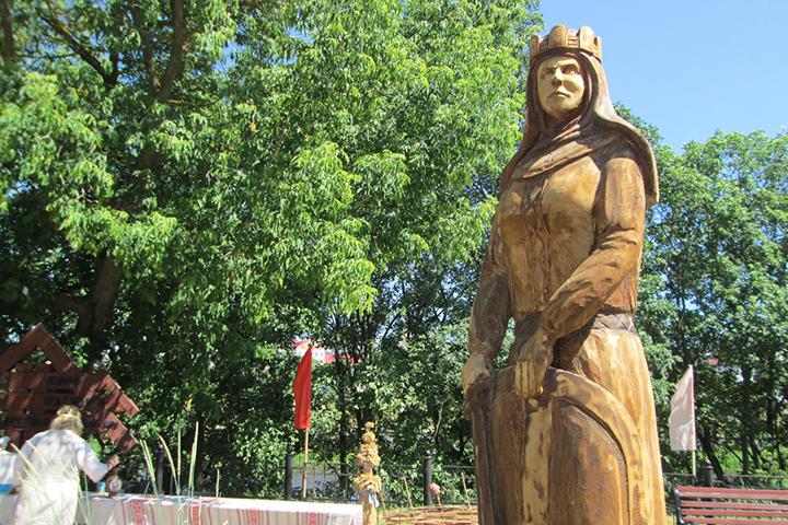 Княгиня Ольга, вырезанная из осины, будет лечить людей?