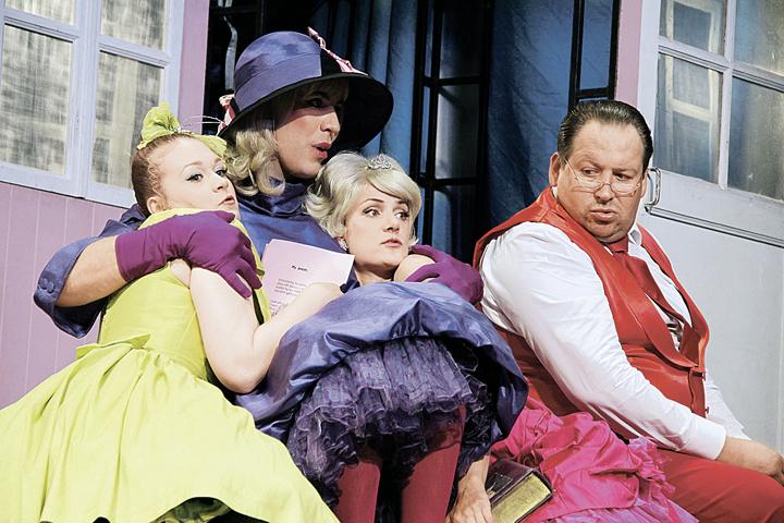 Ради наследства герой Дмитрия Дюжева (в центре) влез в женское платье.