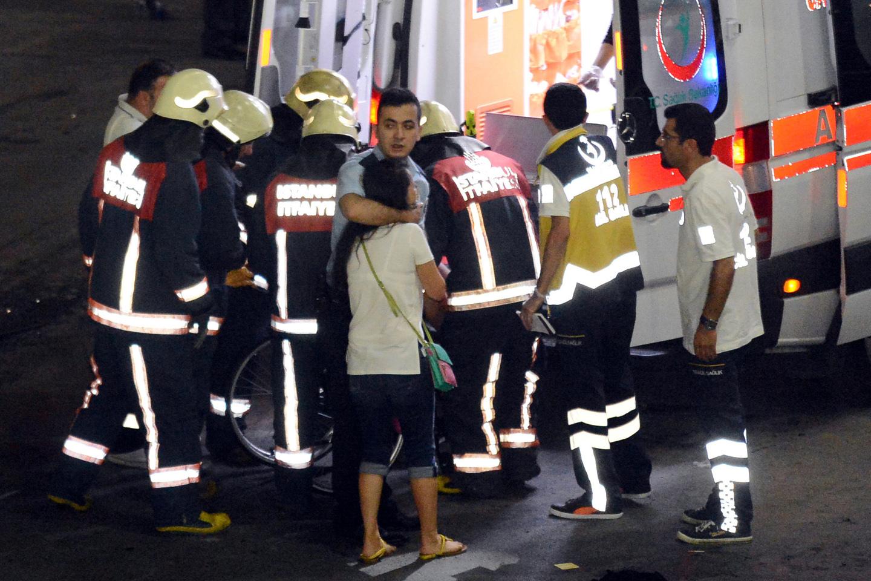 Взрыв в аэропорту Стамбула: На месте ЧП работают бригады «Скорой помощи», пожарные и полиция.