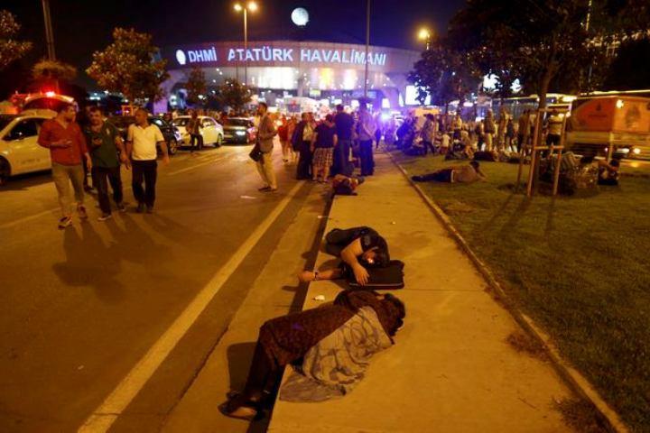 Ранее СМИ сообщили, что жертвами теракта в стамбульском аэропорту стали не менее 50 человек, ранены 106