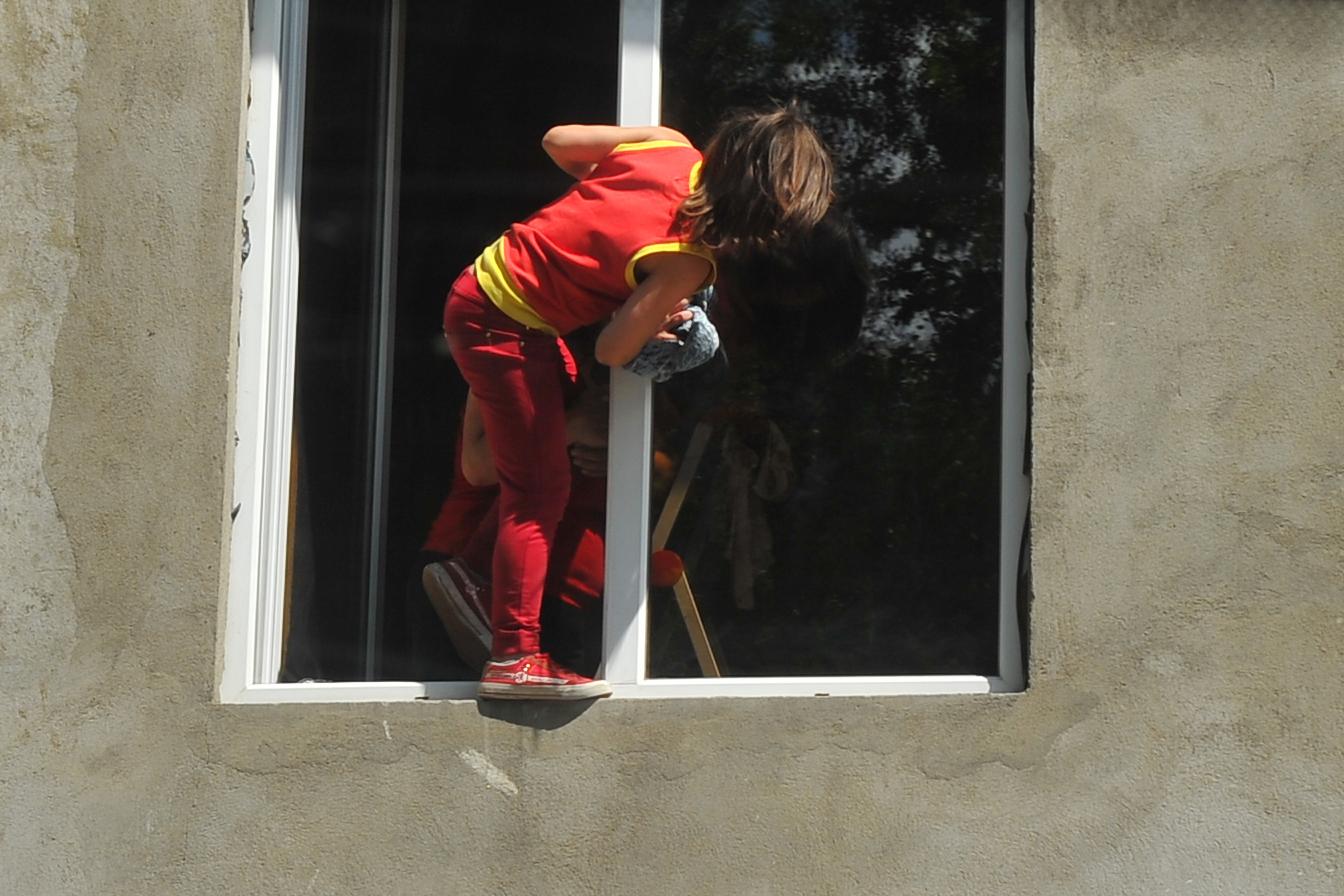 В волгограде 2-летний ребенок упал с балкона 4-го этажа.