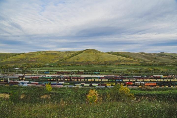 Настанции вКрасноярске девять вагонов грузового поезда сошли срельсов