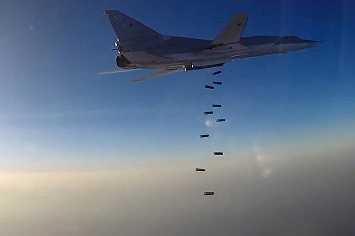 Бомбардировщик Ту-22М3, взлетевший с авиабазы Хамадан в Иране, сбрасывает бомбы на объекты террористов Исламского государства в Сирии. ФОТО Министерство обороны РФ