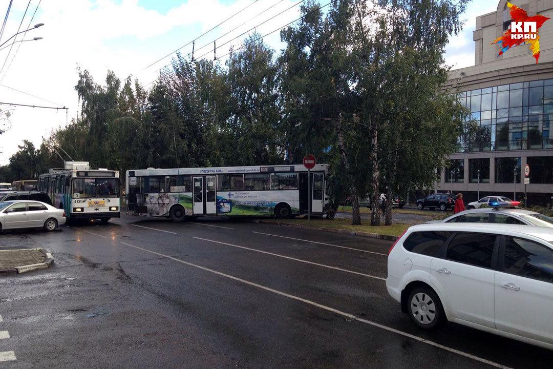 ВБарнауле автобус протаранил 5 машин ивлетел вдерево