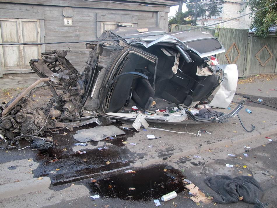 Опель налетел наопоры освещения вТомске, один пассажир умер