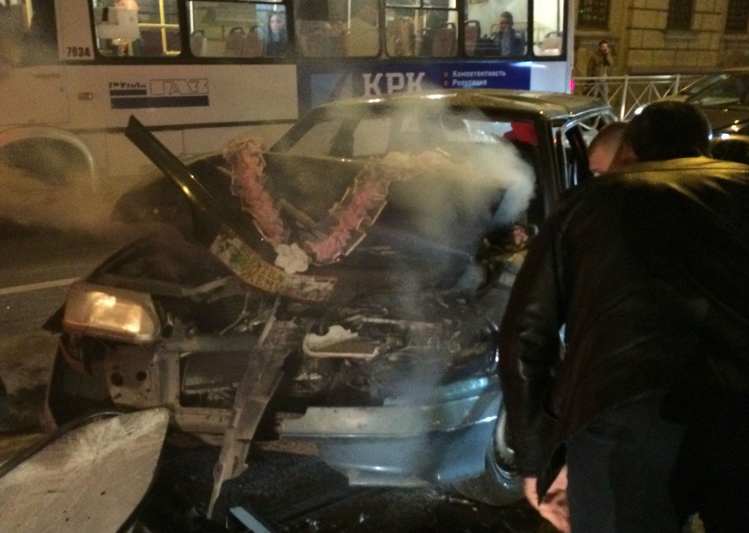 Свадебная машина загорелась вПетербурге после ДТП страмваем