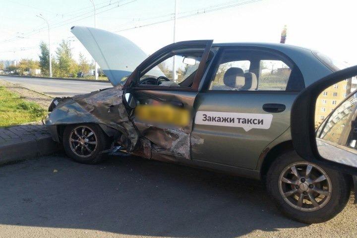ВКемерове таксист врезался вмашину снесовершеннолетним пассажиром