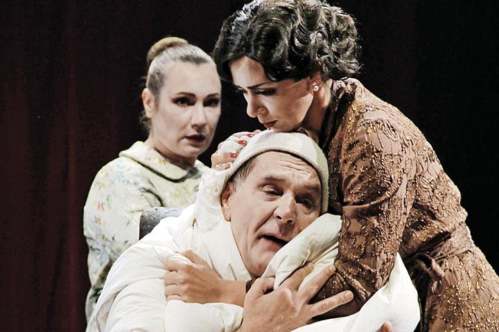Комедия-балет «Мнимый больной» соединяет эстетику французского балагана и итальянскую комедию дель арте.