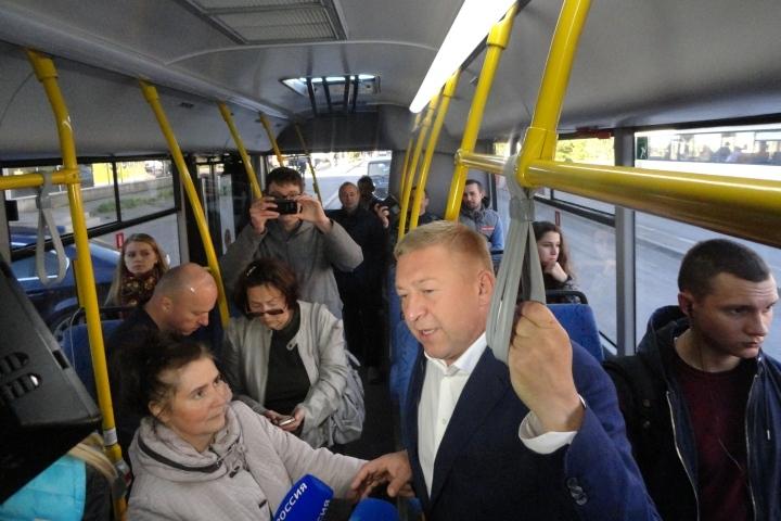 в автобусе пристают к матери в час пик