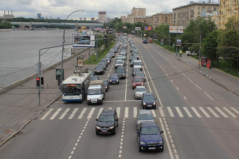 Выезд на перекресток, на котором образовался затор, наказывается штрафом в 1000 рублей. Остановка на красный за стоп-линией - 800 рублей, повторное такое нарушение - 5000 или лишение на 4-6 месяцев.