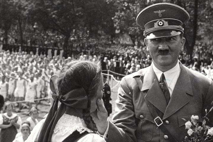 Глядя на некоторые фото Гитлера, охотно веришь, что он находился не совсем в адекватном состоянии