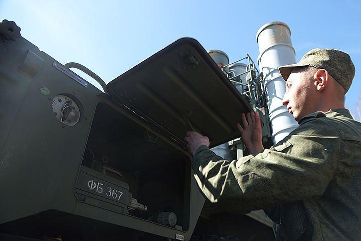 Воздушное прикрытие российских военных баз в Хмеймиме и Тартусе осуществляются зенитными ракетными системами С-400 и С-300, радиус действия которых может стать сюрпризом для любых неопознанных летающих объектов. Россия готова жестко отвечать на вмешательство американцев