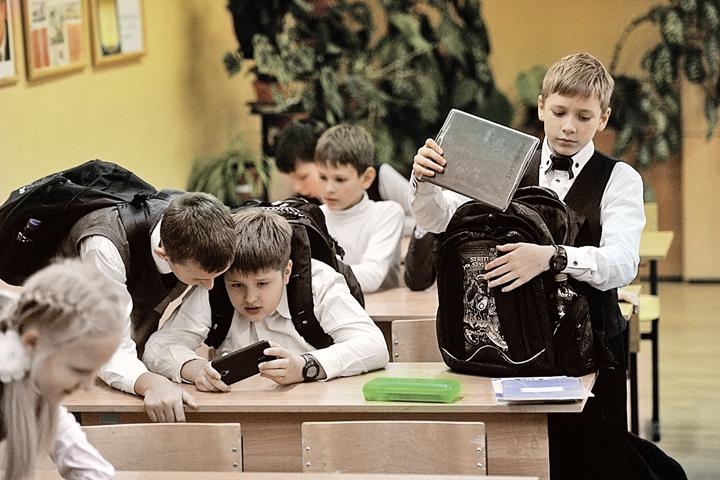 Ученики по-прежнему вынуждены таскать неподъемные ранцы с бумажными учебниками.