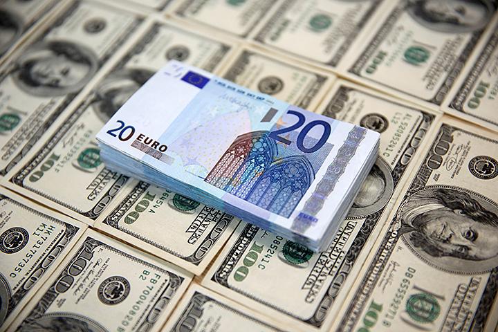 За пять прошедших рабочих дней курс доллара снизился на рубль, а евро - на 1,5 рубля