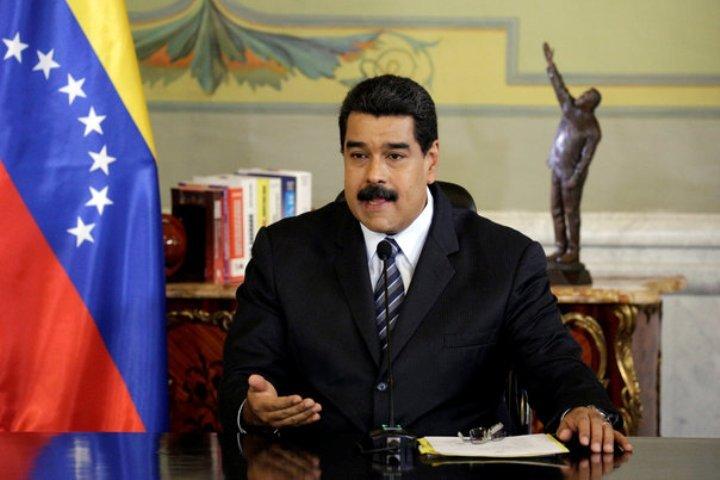 Венесуэльская Премия Мира представляет собой статуэтку незабвенного «команданте» Уго Чавеса, как у Мадуро за спиной