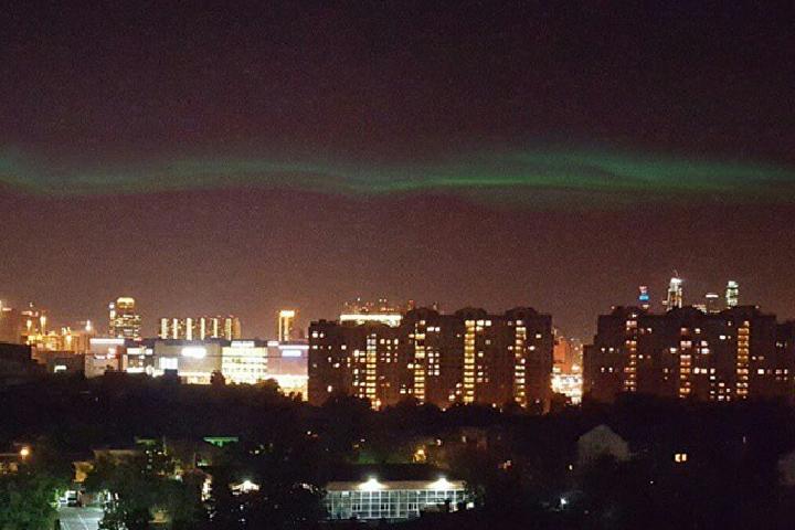 Так выглядело прошлогоднее северное сияние над Москвой (район Фили).