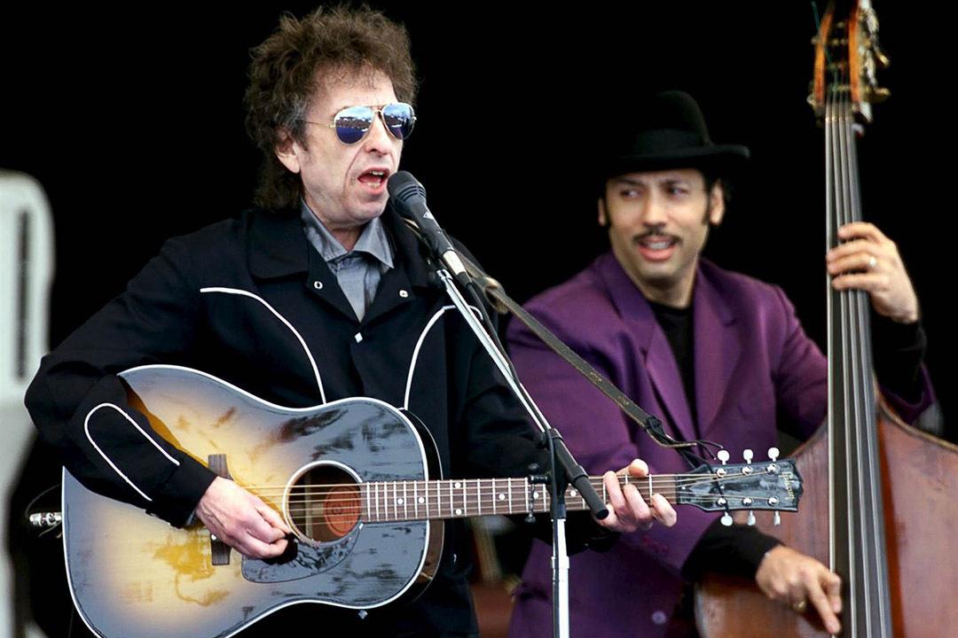 Нобелевскую премию по литературе получил американский рок-музыкант Боб Дилан.