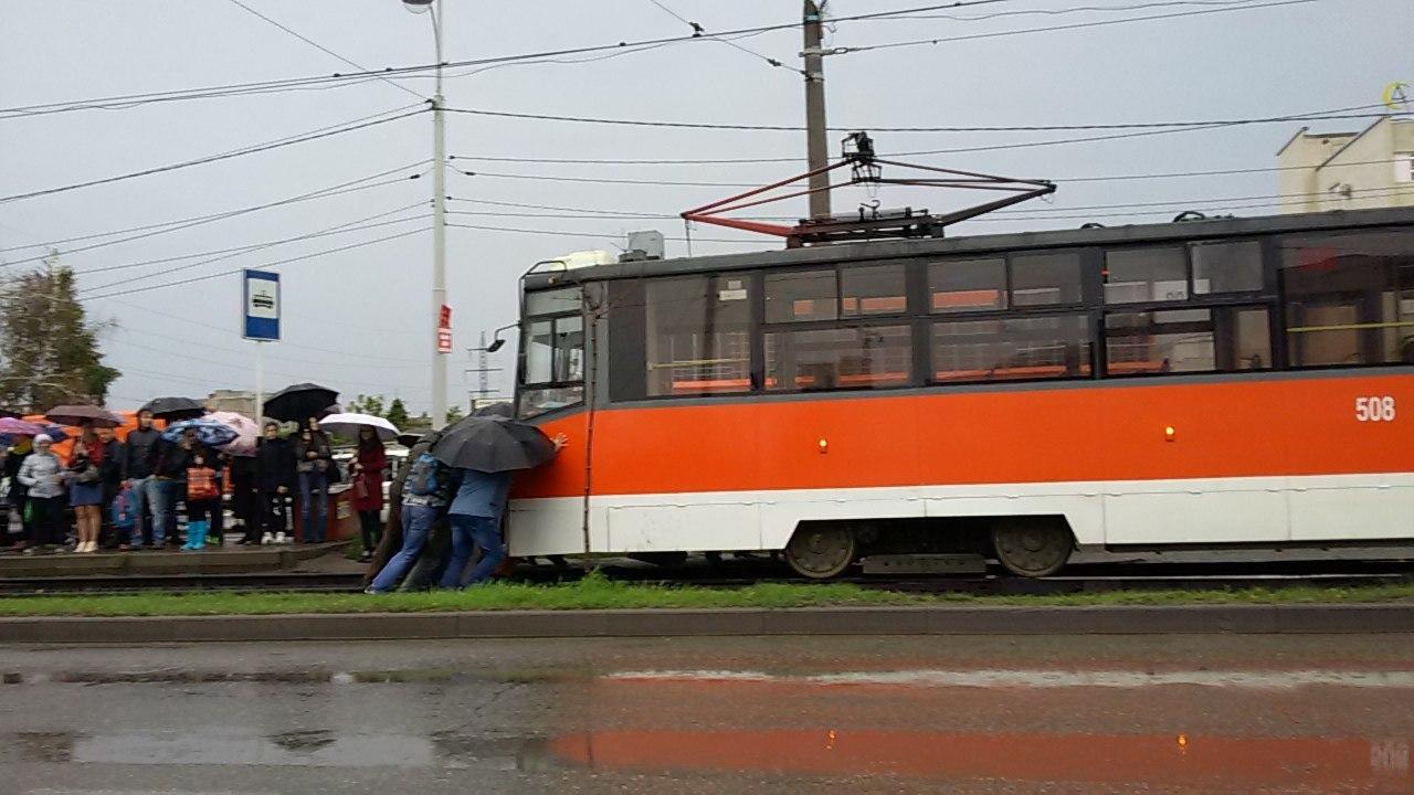Пассажиры заводили трамвай «столкача»— Зарядка по-краснодарски