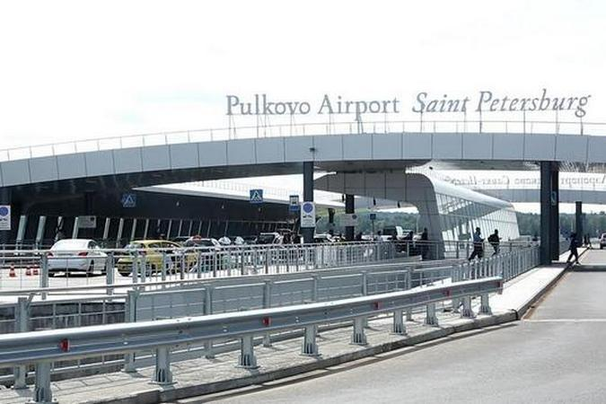 Пассажиры прибывающих рейсов остаются внутри самолетов.