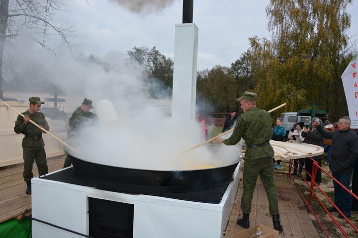 Специально для мероприятия изготовили печку и сковороду диаметром три метра. Фото: НПЦ по картофелеводству и плодоовощеводству.