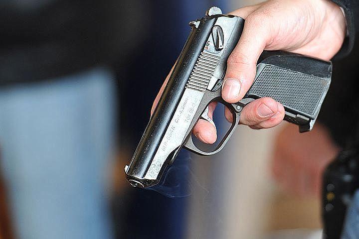 Неизвестные на БМВ  устроили стрельбу  из-за парковки угостиницы «Россия»