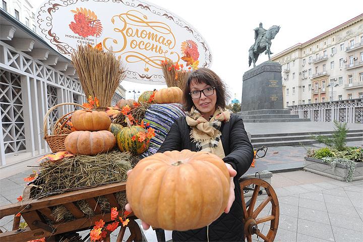 """Одна из площадок фестиваля """"Золотая осень"""" в центре столицы."""
