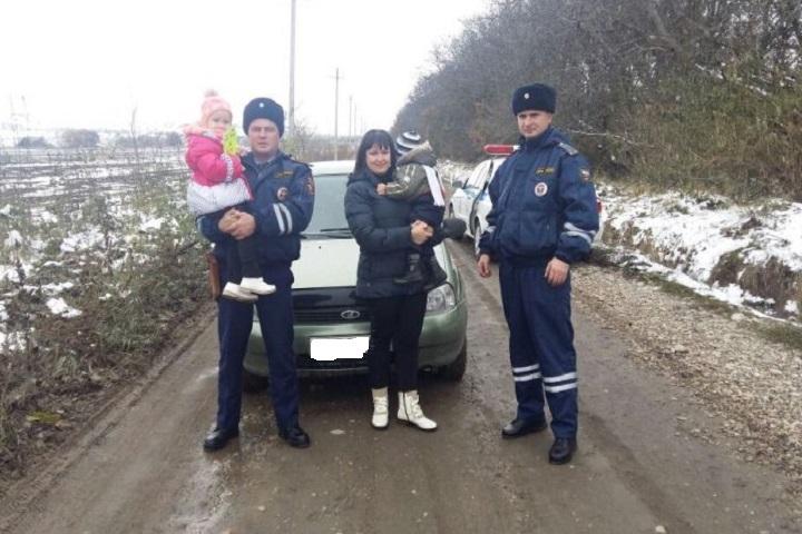 Ставропольские автоинспекторы оказали помощь замерзающей автоледи с2 детьми