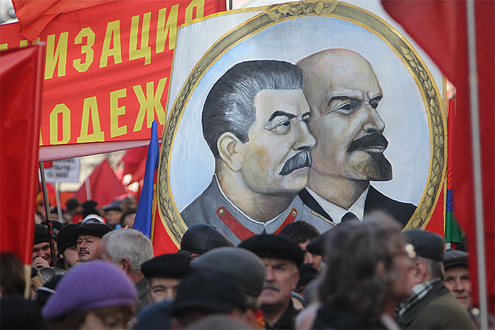 Шествие коммунистов 7 ноября в центре Москвы.