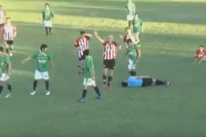 После удара судья упал и остался лежать на газоне без движений