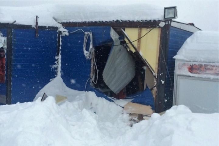 ВШерегеше шофёр наснегоходе пробил будку охраны