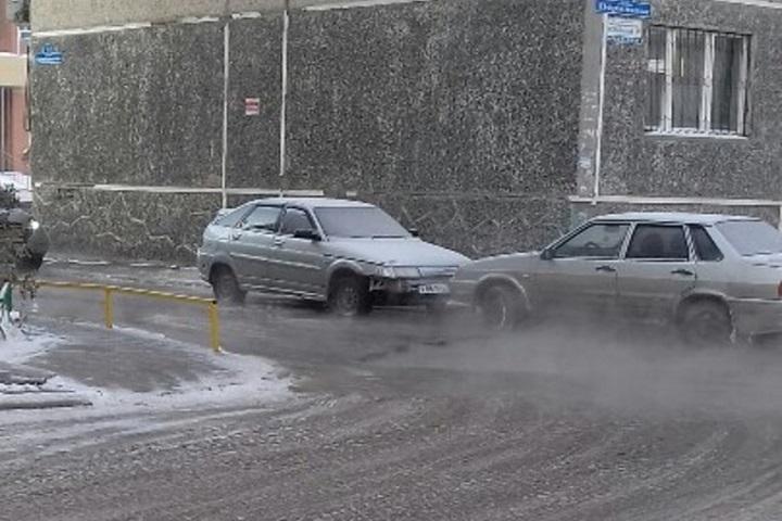 Наулице Пермякова кипяток залил дорогу, машины примерзают касфальту