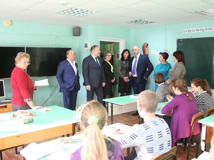 Депутаты посетили малокомплектную школу в поселке Славинка. Фото: Александр МАСЛЯНКО.