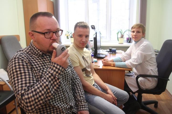 Иркутянин Алексей (слева) курит электронные сигареты уже полгода