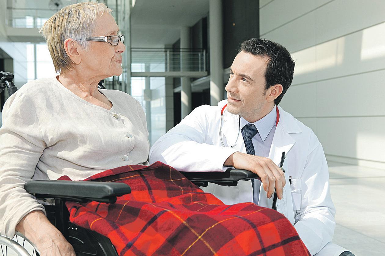 В нашей стране люди с инвалидностью имеют право бесплатно получать необходимые им технические средства реабилитации, к числу которых относятся и кресла-коляски. Фото: Фотобанк Лори
