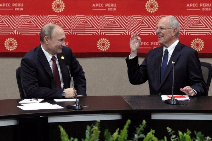 Владимир Путин с хозяином нынешнего саммита АТЭС – президентом Перу Педро Пабло Кучински
