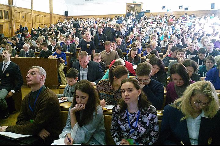 В МГУ писать диктант пришли почти полторы тысячи человек.
