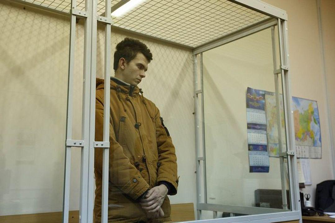 С обвиняемого сняли шнурки, чтобы он не повесился в СИЗО. Фото: Александр ГЛУЗ