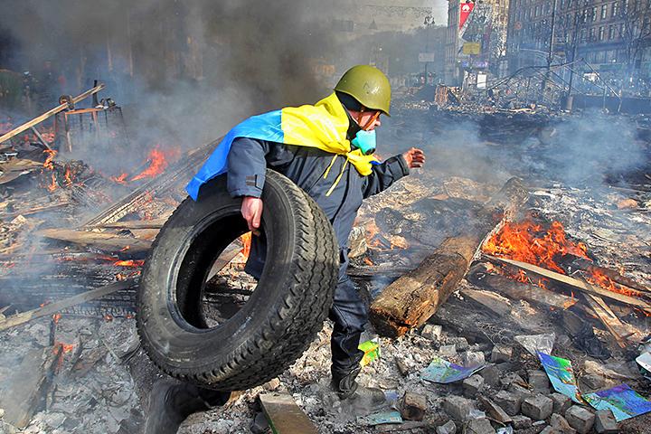 За революционным романтизмом и чёрным дымом горящих покрышек, спрятаны расстрелы людей снайперами и погромы националисто