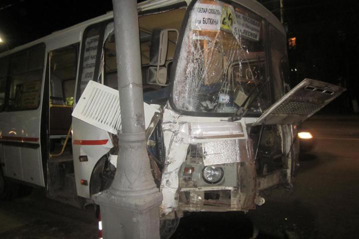 ВОрле маршрутка спассажирами врезалась встолб. Четверо пострадали