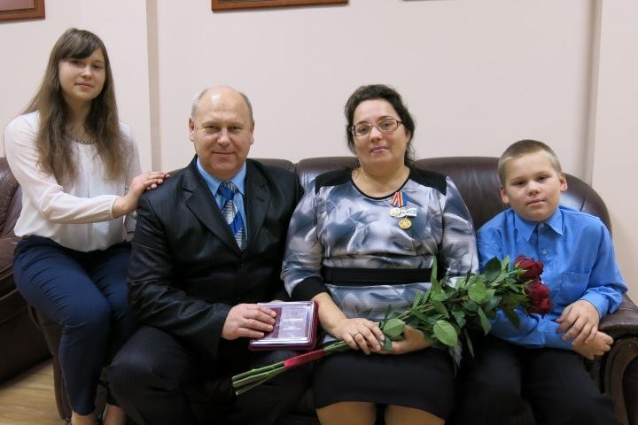 Семья Дерюгиных. Анастасия, папа Юрий, мама Анна и сын Антон.