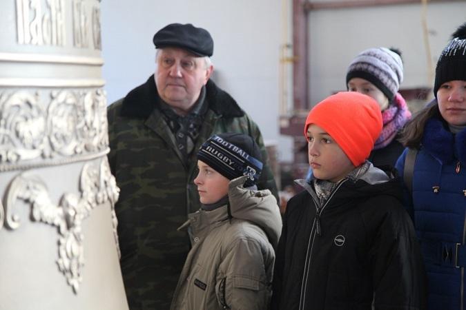 Ребята рассматривают недавно отлитый семитонный колокол