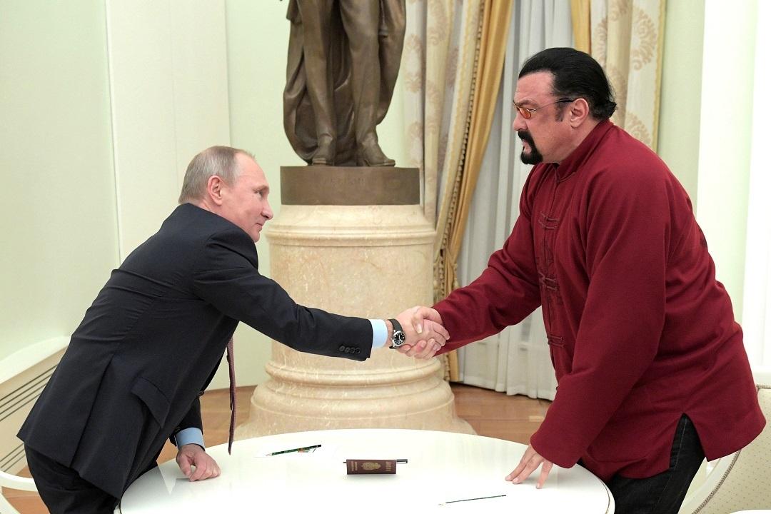 Президент РФ Владимир Путин и актер Стивен Сигал