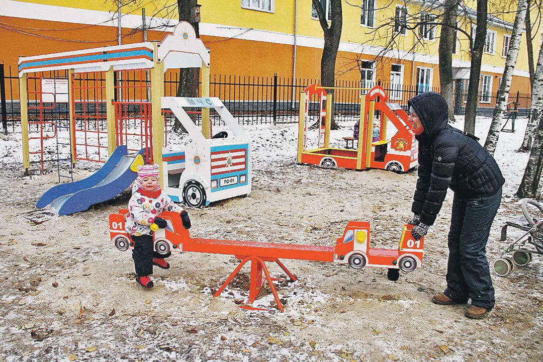 В рамках Года пожарной охраны спасатели сконструировали для детворы площадку с каруселями и горкой