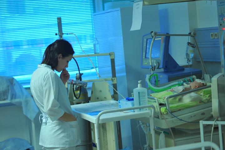 По словам медиков, обычно в больницу вместе с родителями кладут грудных детей