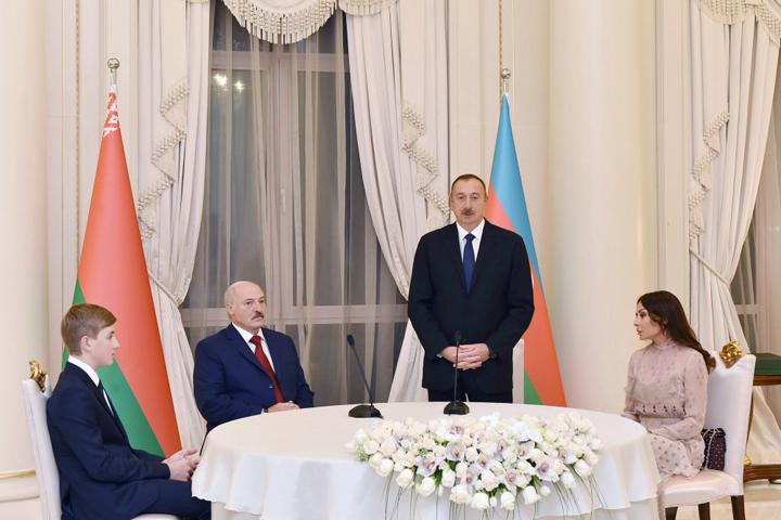 Фотофакт: Николай Лукашенко сидит за одним столом с президентом Азербайджана.