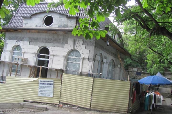 Теперь из-за новостроя совсем не видно маленькое здание питьевого бювета источника №4.