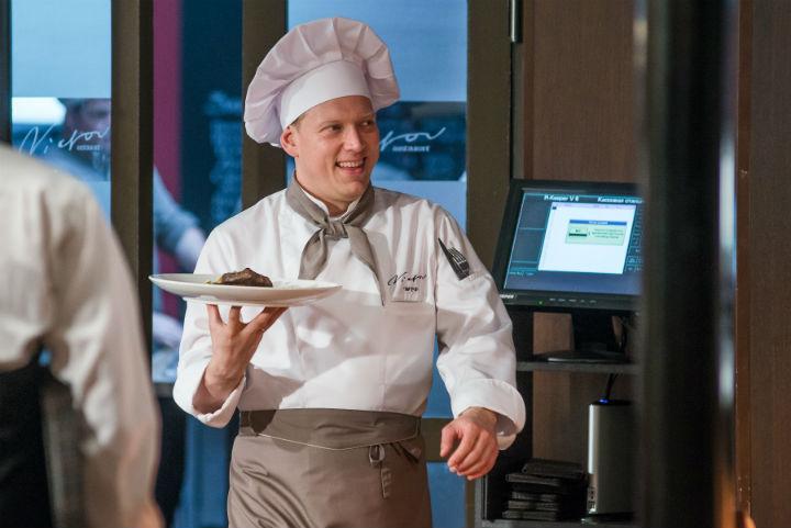 По довольному лицу Сени можно понять, кто теперь главный на кухне. Фото: телеканал СТС.